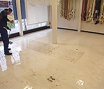 剥離液を剥離液塗布用モップにて床面に塗布