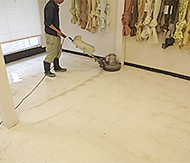 ポリッシャーパッドで洗浄します。