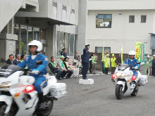 白バイ隊が先導しオリーブの青パトが逗子市内を巡回して広報活動しました。